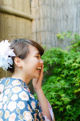 口に手を当てて笑う着物姿の女性の素材 [FYI01077435]