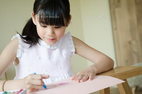 お絵描きをしている女の子の素材 [FYI01077438]