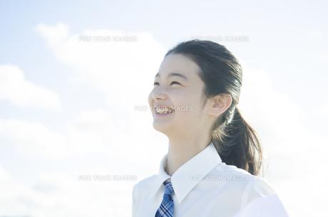 制服姿で笑う女の子の素材 [FYI01077443]