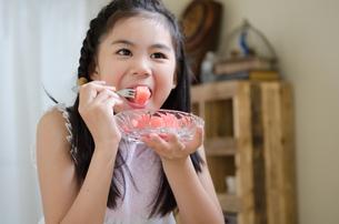 スイカを食べている女の子の素材 [FYI01077449]