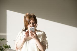 スマートフォンを操作する女性の素材 [FYI01077468]