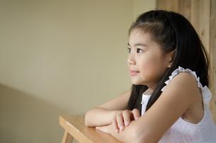 遠くを見つめる女の子の素材 [FYI01077474]