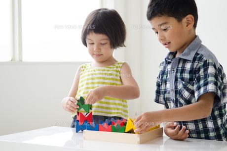 知育おもちゃで遊ぶ子供たちの素材 [FYI01077479]