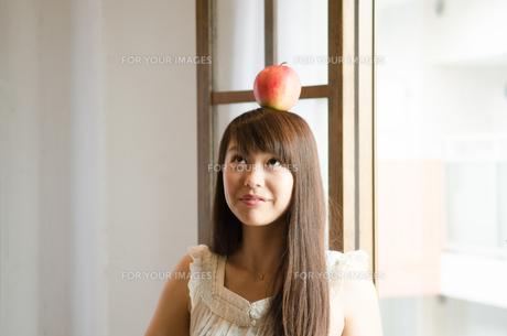 りんごを頭の上に乗せている女性の素材 [FYI01077481]