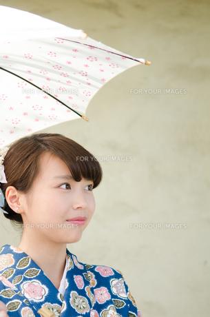 日傘を持った着物姿の女性の素材 [FYI01077482]