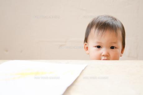 テーブルから顔を出している女の子の素材 [FYI01077486]