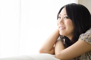 窓際で笑う女性の素材 [FYI01077488]
