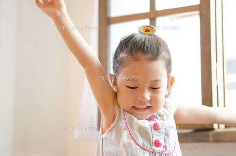 大きく手を広げる持つ女の子の素材 [FYI01077489]