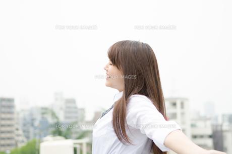 深呼吸する笑顔の制服姿の女性の素材 [FYI01077490]