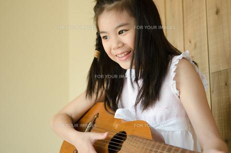 ギターを弾いている女の子の素材 [FYI01077491]