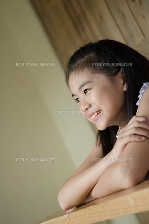 遠くを見つめる笑顔の女の子の素材 [FYI01077492]