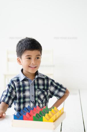 笑う男の子の素材 [FYI01077505]