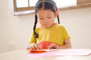折り紙をしている女の子の素材 [FYI01077506]