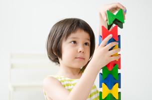 知育おもちゃで真剣に遊ぶ女の子の素材 [FYI01077507]