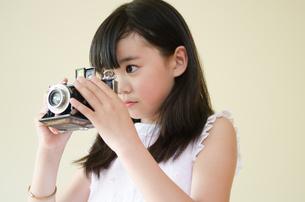 クラッシックカメラをのぞいている女の子の素材 [FYI01077508]