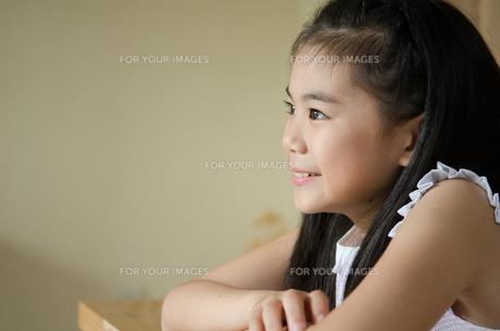 遠くを見つめる笑顔の女の子の素材 [FYI01077511]