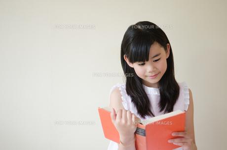 本を読んでいる女の子の素材 [FYI01077513]