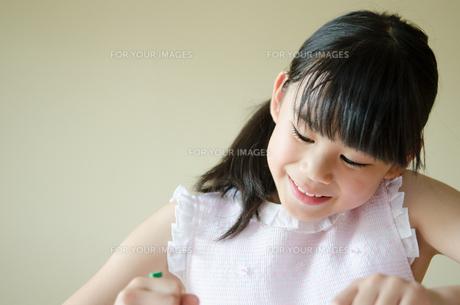 笑顔でお絵描きをしている女の子の素材 [FYI01077522]