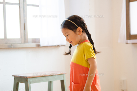 部屋の中にいる女の子の素材 [FYI01077526]