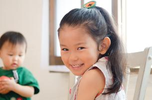 室内で笑っている女の子の素材 [FYI01077528]