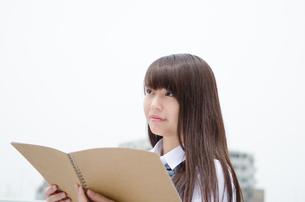 ノートを持っている制服姿の女性の素材 [FYI01077536]