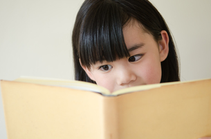 本を読んでいる女の子の素材 [FYI01077543]
