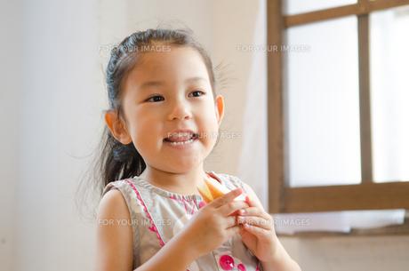 うさぎの形に切ったりんごを持つ女の子の素材 [FYI01077549]