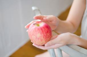 りんごを持っている女性の手の素材 [FYI01077550]