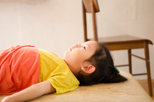 寝そべっている女の子の素材 [FYI01077553]