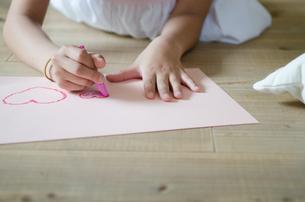 床の上でお絵描きをしている子供の手元の素材 [FYI01077559]