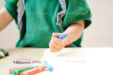 クレヨンを持っている女の子の手の素材 [FYI01077560]