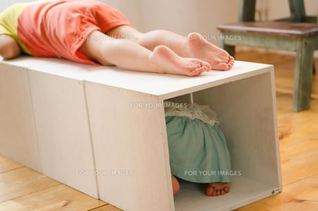 箱で遊ぶ女の子たちの素材 [FYI01077564]