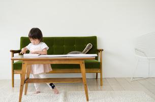 リビングで絵を描いている女の子の素材 [FYI01077572]