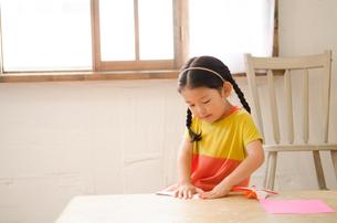 折り紙をしている女の子の素材 [FYI01077573]