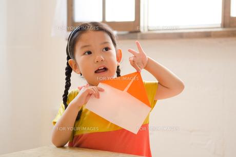 折り紙をしている女の子の素材 [FYI01077575]