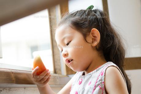 りんごを見ている女の子の素材 [FYI01077579]