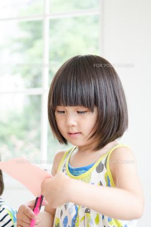 紙を切っている女の子の素材 [FYI01077580]