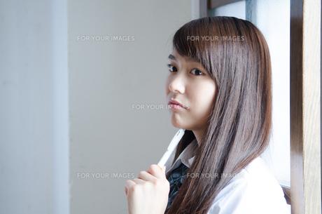 ペンを持って考えている制服姿の女性の素材 [FYI01077581]
