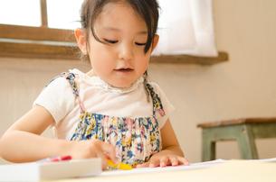 クレヨンでお絵描きをしている女の子の素材 [FYI01077583]