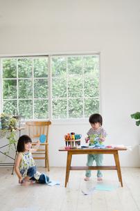 部屋で遊んでいる男の子と女の子の素材 [FYI01077584]