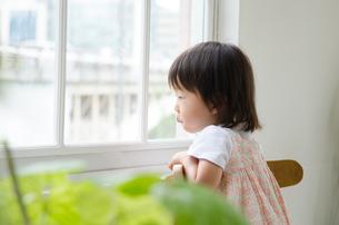 窓の外を眺めている女の子の素材 [FYI01077587]