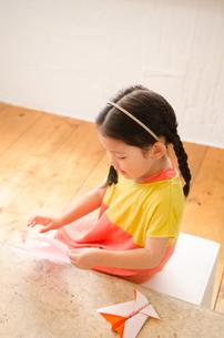 折り紙をしている女の子の素材 [FYI01077594]