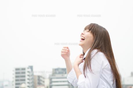屋上にいる笑顔の制服姿の女性の素材 [FYI01077596]