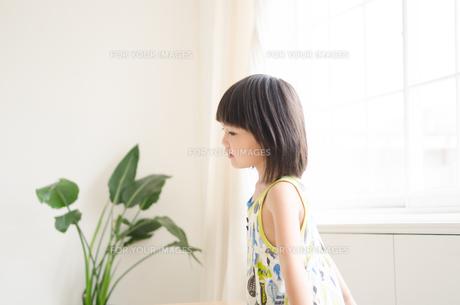 部屋の中にいる女の子の素材 [FYI01077597]