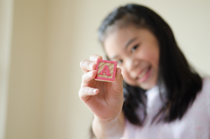 アルファベットの積み木を持っている女の子の素材 [FYI01077599]