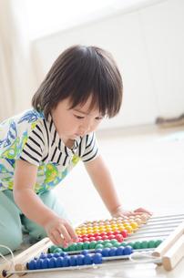 100玉そろばんで遊んでいる男の子の素材 [FYI01077608]