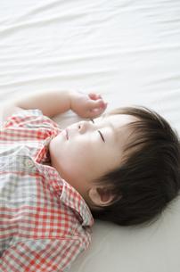 シーツの上で眠る男の子の素材 [FYI01077609]