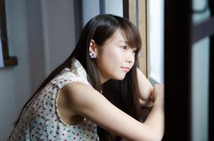 窓の外を眺める女性の素材 [FYI01077611]