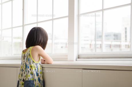 窓の外を眺めている女の子の素材 [FYI01077613]