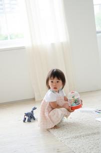 部屋の中で遊んでいる女の子の素材 [FYI01077614]